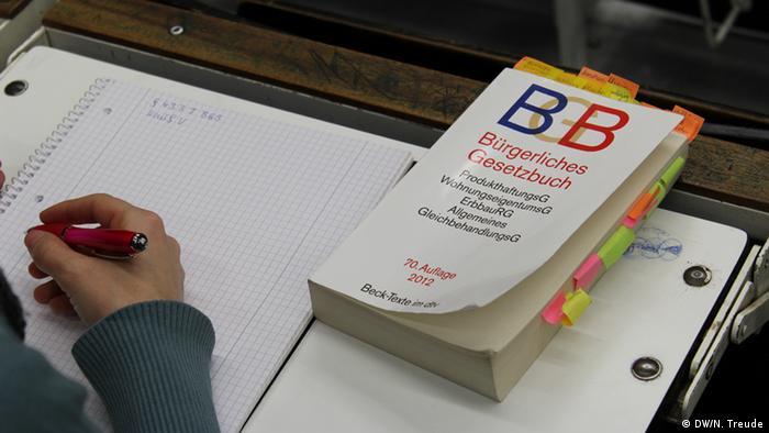 Учебник по гражданскому праву на столе