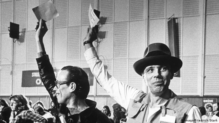 Joeph Beuys 1980 auf dem Gründungsparteitag der Partei der Grünen