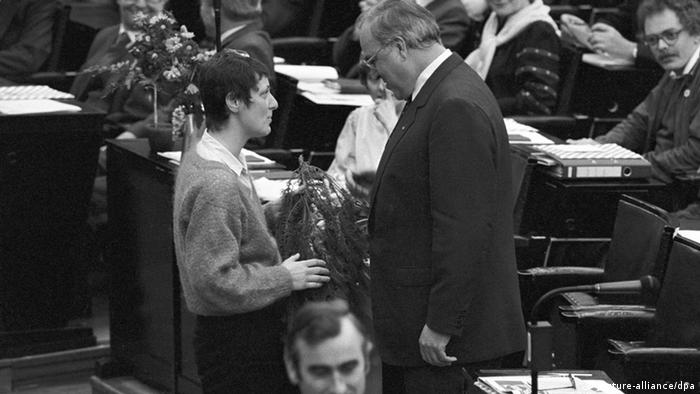 گرچه در آغاز راه هیچ یک از احزاب کلاسیک آلمان این نیرو را جدی نگرفت، اما سه سال بعد، حزب سبزها در انتخابات سال ۱۹۸۳ با عبور از مرز ۵ درصد به مجلس سراسری آلمان (بوندس تاگ) راه یافت و ۲۸ نماینده به مجلس فرستاد. در آن زمان احزاب دمکراتمسیحی و سوسیالمسیحی بیش از ۴۸ درصد آرا و سوسیالدمکراتها نیز بیش از ۳۸ درصد رای آورده بودند. (عکس: تبریک سخنگوی سبزها به هلموت کهل)