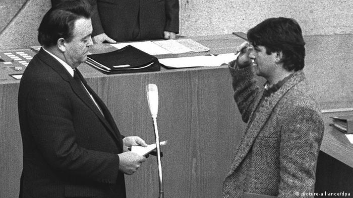 دیری نپایید که پای نمایندگان حزب سبزها به مجالس ایالتی نیز باز شد و در ایالت هسن در سال ۱۹۸۵ در دولت ائتلافی حزب سوسیالدمکرات و سبزها، یوشکا فیشر اولین وزیر سبز آلمان شد. حضور او با کفش کتانی و شلوار جین در پارلمان، عبور از خط قرمز محسوب شد و جنجال آفرید.