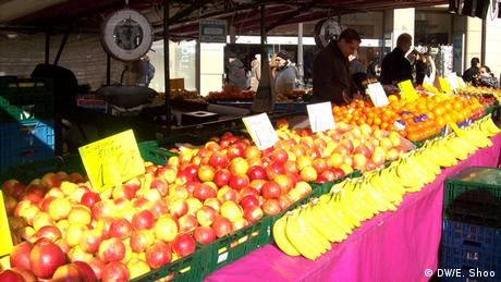 Fruit laid out at a farmer's market (Copyright: DW/Elizabeth Shoo)