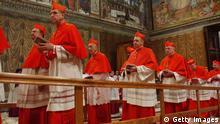 Konklave Kardinäle versammeln sich in der Sixtinischen Kapelle