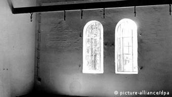 Blick auf die Hinrichtungsstätte im ehemaligen Konzentrationslager Berlin-Plötzensee (Schwarz-Weiß-Foto: picture-alliance/dpa)