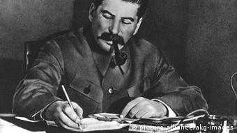 Der sowjetische Diktator Iosif Stalin am Schreibtisch (Schwarz-Weiß-Foto: picture-alliance/akg-images)