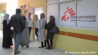 Flüchtlinge warten in dem Zahra-Krankenhaus auf Hilfe (Foto: Nagham Awada/MSF) (Ärzte ohne Grenzen).