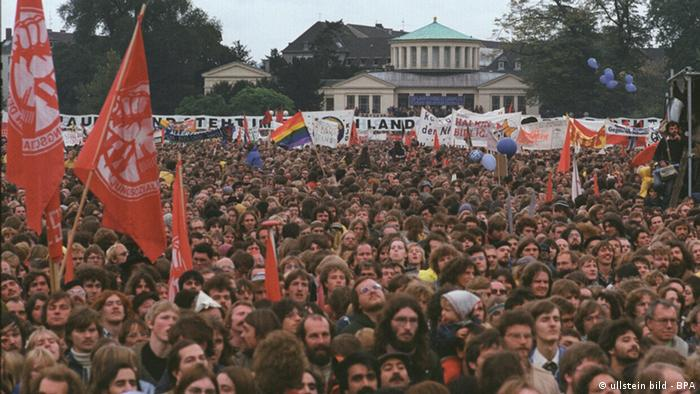 A sea of faces constitutes a thousands-strong demonsrtation with red flags in the foreground(Photo: no info)