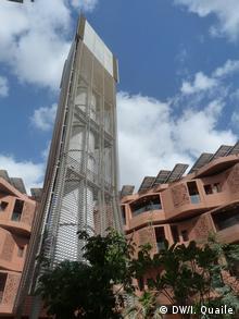 Windturm.Diese neue Version eines traditionellen arabischen Elements bringt Kühlung für die Ökostadt. (Bild: dw)