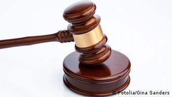 Richterhammer auf Tisch #47715514 - Richterhammer © Gina Sanders