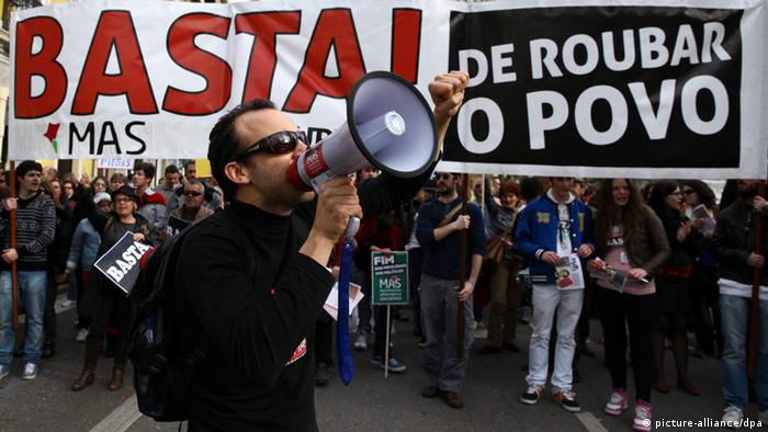 epa03607313 Protesters hold posters and shout slogans to demand an end to the austerity policies during a mass demonstration in Coimbra, Portugal, 02 March 2013. Banner reqads: 'Stop Robbing the people'. The demonstration coincides with the presence of the delegation of the so-called 'Troika' of European Commission, European Central Bank and International Monetary Fund, in Lisbon, for the the seventh review of memorandum of understanding. More than 40 cities in Portugal and abroad, hold similar demonstrations the same day. EPA/PAULO NOVAIS +++(c) dpa - Bildfunk+++