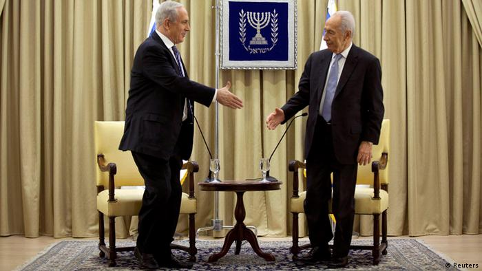 Israeli Prime Minister Benjamin Netanyahu (L) and Israeli President Shimon Peres shake hands during a brief ceremony at the president's residence in Jerusalem March 2, 2013. Deadlocked talks with potential coalition partners have forced Israeli Prime Minister Benjamin Netanyahu to seek more time to build a new government and avert a possible snap election, officials said on Friday. REUTERS/Uriel Sinai/Pool (JERUSALEM - Tags: POLITICS)