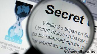 ARCHIV- ILLUSTRATION - Durch eine Lupe ist am 30.11.2010 auf der Internet-Seite von Wilileaks das Wort «Secret» zu sehen. Wikileaks wurde im Jahr 2006 als Enthüllungsplattform von digitalen Politaktivisten aus Europa, Australien und den USA gegründet. Welche Rolle der Australier Assange dabei gespielt hat, ist nicht zweifelsfrei bekannt, weil aus den Reihen von Wikileaks widersprüchliche Angaben dazu vorliegen. Foto: Oliver Berg dpa +++(c) dpa - Bildfunk+++