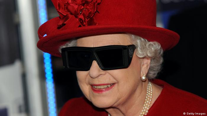Queen mit rotem Hut und 3D-Brille, Foto: Getty Images