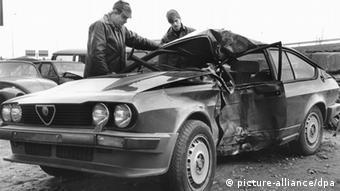 wrecked car with police investigators dpa (zu dpa 0362) nur s/w pixel