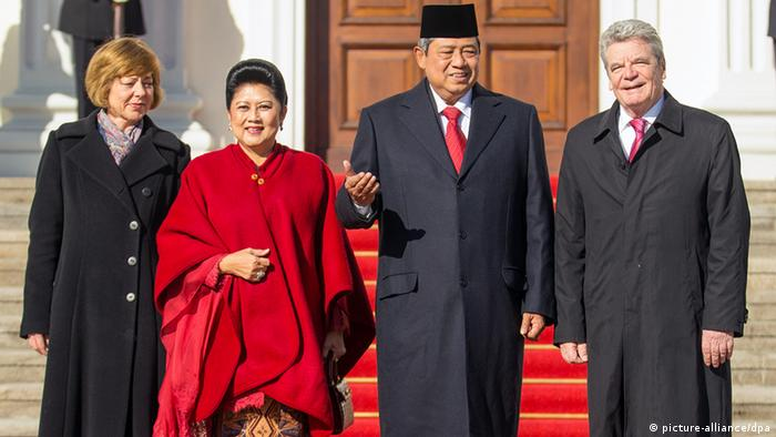 Indonesiens Präsident Yudhoyono (r), wife Anis (r) und German President Joachim Gauck with his partner Daniela Schadt at Berlin's Bellevue Palace on 4 March 2013. Photo: Hannibal/dpa