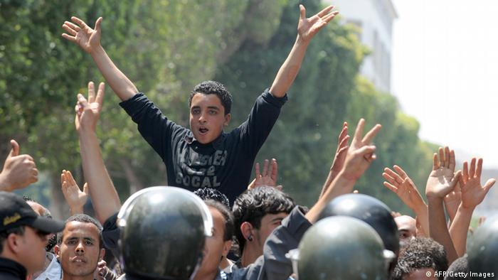 Tunisian riot police face protestors in the center of Tunis (photo: FETHI BELAID/AFP/Getty Images)