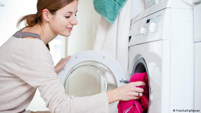 Symbolbild Hausarbeit Haushalt Wäsche waschen Waschmaschine (Fotolia/lightpoet)