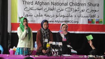 Afghanische Kinder bei einer Veranstaltung gegen Kinderarbeit in einer Schule (Foto: DW)