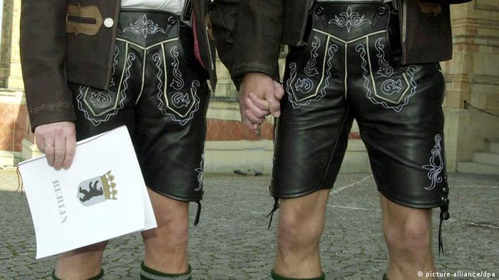 A gay couple in lederhosen (picture-alliance/dpa)