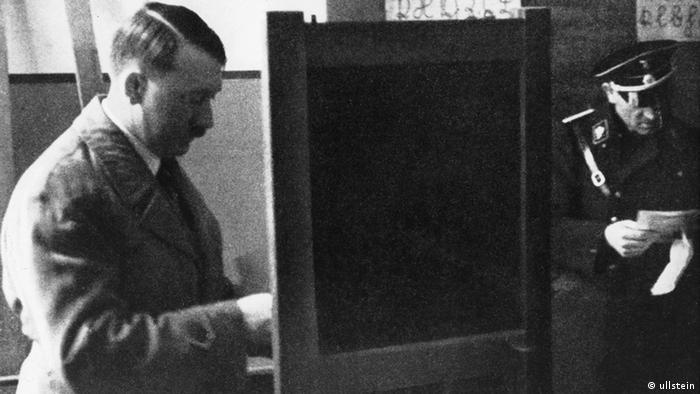 Reichstagswahlen 1933 Hitler bei der Wahl (ullstein)