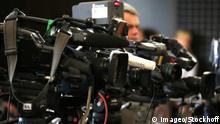 Bildnummer: 58912935 Datum: 12.12.2012 Copyright: imago/Stockhoff POLITIK, JAHRESPRESSEKONFERENZ BUNDESANWALTSCHAFT, 12.12.2012, KARLSRUHE - TV-Kameras übertragen die Jahrespressekonferenz. People Justiz PK xsp x0x 2012 quer Generalbundesanwalt Bundesanwaltschaft Ermittlungsergebnisse Pressekonferenz Kameras TV Team 58912935 Date 12 12 2012 Copyright Imago politics Annual press conference Federal prosecutor 12 12 2012 Karlsruhe TV Cameras transfer the Annual press conference Celebrities Justice press conference xsp x0x 2012 horizontal Office of the Attorney General Federal prosecutor Press conference Cameras TV Team