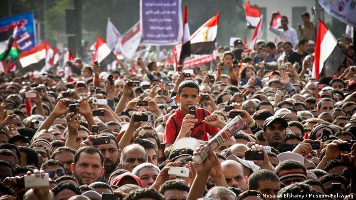 ***ACHTUNG: Bilder nur zur Berichterstattung über die Ausstellung Kairo. Offene Stadt, Neue Bilder einer andauernden Revolution vom 2. 3. – 5. 5. 2013 im Folkwang Museum Essen verwenden!!!*** Beschreibung: Demonstranten während einer Rede auf dem Tahrir-Platz, 8. April 2011 CMS-Schlagwort: Kairo-Ausstellung Aufnahmeort: Kairo Rechte-Inhaber: Mosa'ab Elshamy