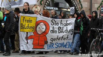 Studenten demonstrieren in Nürnberg mit Plakaten gegen Studiengebühren (Copyright: imago/Eibner)
