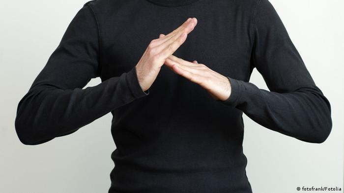 Die Hände eines Mannes formen eine Gebärde.