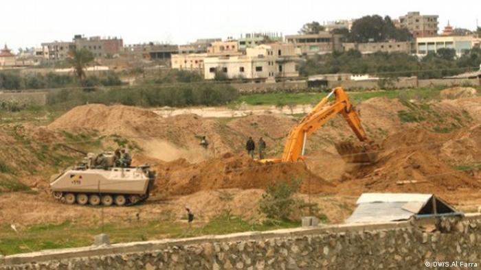 Backhoe destroys tunnels (Foto: DW/S.Al Farra)