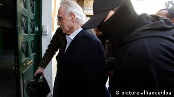 Akis Tsohatzopoulos (L), Der ehemalige Verteidigungsminister wird von einem Polizisten abgeführt Foto; EPA/SIMELA PANTZARTZI (c) dpa