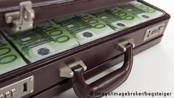 Ein Geldkoffer mit vielen 100-Euro-Scheinen (Foto: Imago)