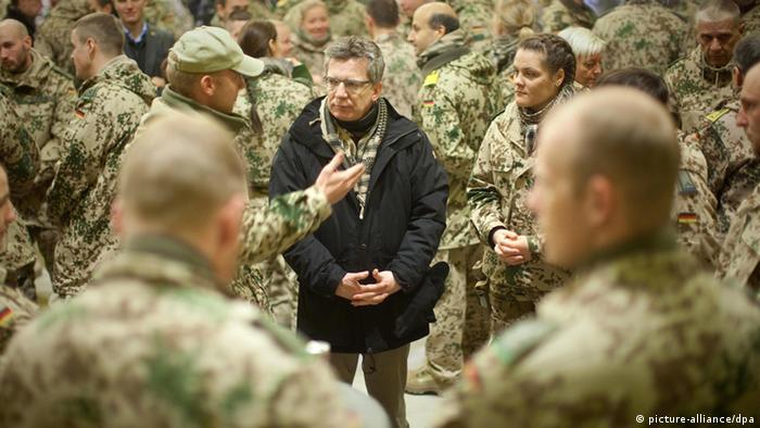 Verteidigungsminister Thomas de Maizière in Afghanistan, umringt von Soldaten - Foto: Michael Kappeler (dpa)