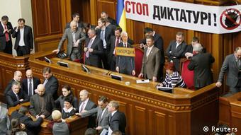 Опозиція заблокувала роботу Верховної Ради через суд над Власенком