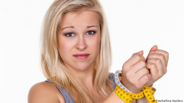 #49772766 Eine junge Frau mit einem Maßband vor der nächsten Diät. Abnehmen und fasten Fotolia/Gina Sanders