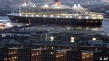 Das grösste Kreuzfahrtschiff der Welt Queen Mary II passiert am frühen Montagmorgen, 1. August 2005, den Hafen von Hamburg.