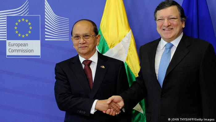 European Commission President Jose Manuel Barroso (R) welcomes Myanmar President Thein Sein (L) before a meeting at the EU Headquarters in Brussels on March 5, 2013. AFP PHOTO / JOHN THYS