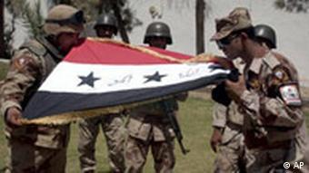 Irak irakische Soldaten küssen die Nationalflagge Übergabe einer Militärbase