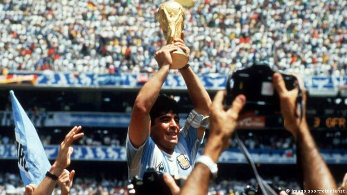 Diego Maradona reckt 1978 den WM-Pokal in die Höhe. Foto: