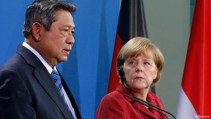 German Chancellor Angela Merkel and Indonesia's President Susilo Bambang Yudhoyono address a news conference after talks in Berlin March 5, 2013. REUTERS/Tobias Schwarz (GERMANY - Tags: POLITICS)