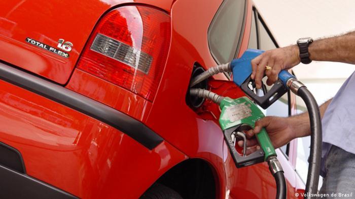Fahrzeug, das mit Alkohol und Benzin vollgetankt wird