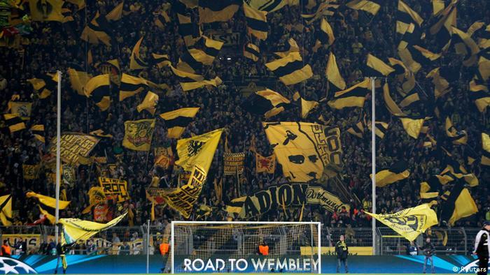 Schwarz-Gelbe Fankulisse in Dortmund, Fans mit Fahnen und Schals. (Foto: REUTERS/Wolfgang Rattay)