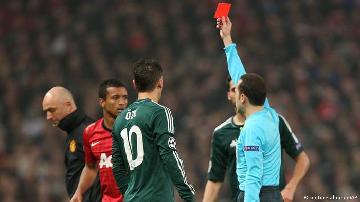 Manchester Uniteds Nani (2.v.l.) sieht die Rote Karte (Foto: AP Photo/Jon Super)