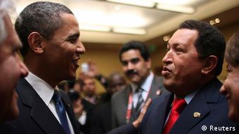 En esta imagen de 2009, el difunto presidente venezolano Hugo Chávez (1954-2013) conversa con su homólogo estadounidense, Barack Obama.