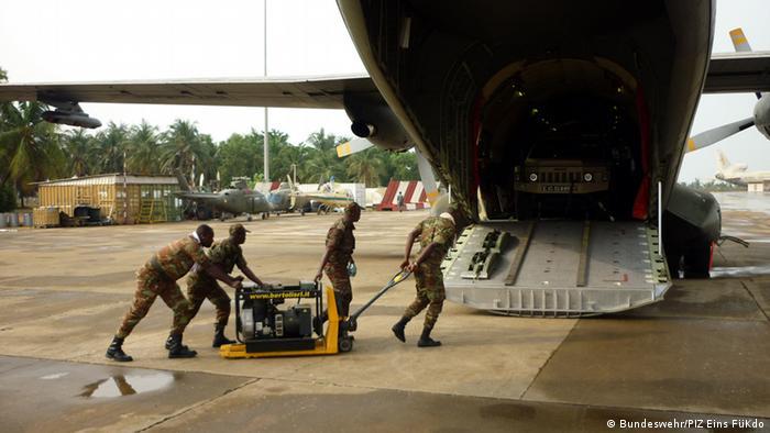 In Cotonou (Benin) werden Fahrzeuge und Material der beninischen Truppen verladen für den Einsatz in Mali verladen. Die Bundeswehr transportiert sie in ihren Transall-Maschinen. (Foto: Bundeswehr/PIZ)