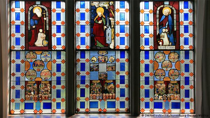 Окно одного из залов Готического дома