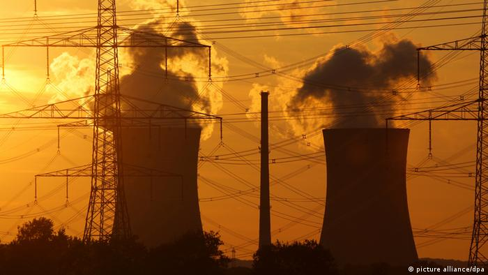 Das Atomkraftwerk Grafenrheinfeld sieht bei Sonnenuntergang wie ein Schattenspiel aus (Foto dpa)