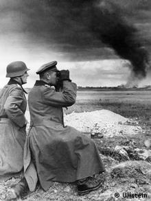 Two German Wehrmacht soldiers look to the horizon (Foto: archiv ullstein bild)