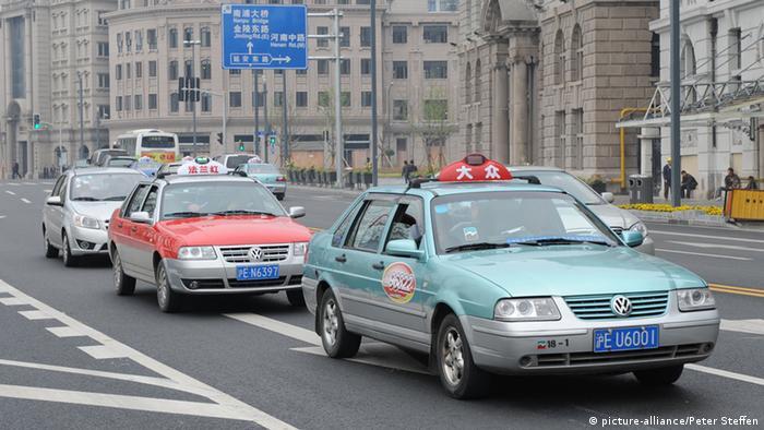 VW Santana Taxis fahren in Shanghai (China) durch die Straßen, aufgenommen am 19.04.2010. Foto: Peter Steffen dpa