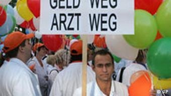 ÄRZTESTREIK Krankenhausärzte der Uniklinik Frankfurt demonstrieren am Montag, 1. Aug. 2005, mit Transparenten und Luftballons vor dem Universitätsklinikum in Frankfurt am Main