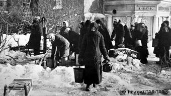 Во время блокады Ленинграда. Снимок сделан 13 января 1942 года