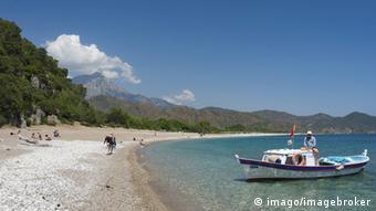 Oτουρκικός δήμος Αδραμυτίου, απέναντι από τη Λέσβο, επιχείρησε να αναπτύξει νέες μορφές τουρισμού, καθώς η υπεραλίευση της περιοχής είχε οδηγήσει τους ντόπιους ψαράδες σε οικονομικό αφανισμό